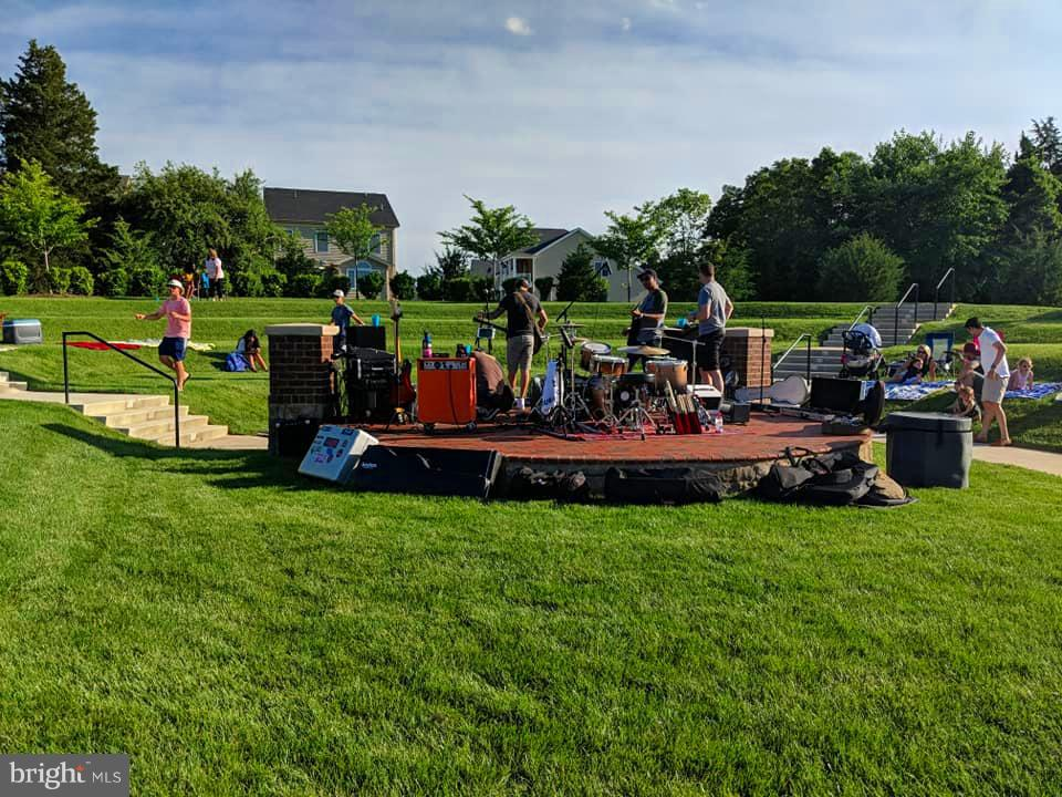 Neighborhood parties & Concerts at the Amphitheate - 41433 AUTUMN SUN DR, ALDIE
