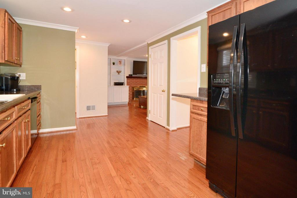 Kitchen Opens to Dining and Family Room - 12866 GRAYPINE PL, HERNDON