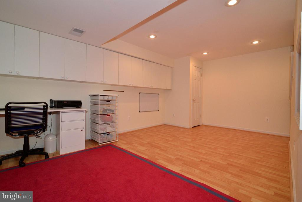 Wood-like floors and cabinets- perfect for crafts - 12866 GRAYPINE PL, HERNDON