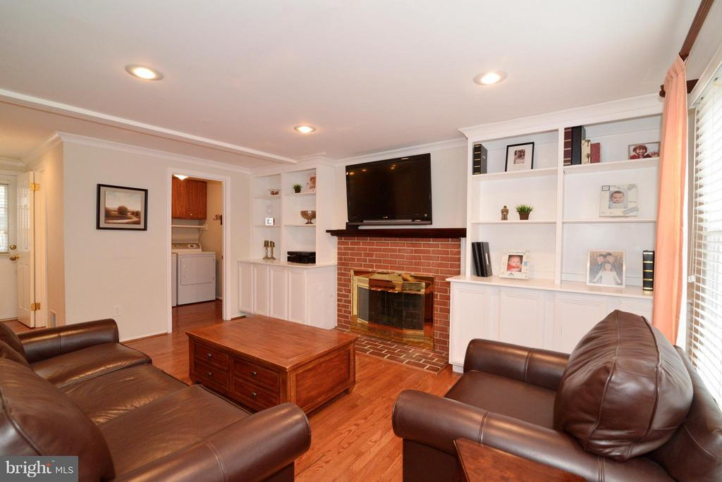 Gorgeous Built-ins and wood burning fireplace - 12866 GRAYPINE PL, HERNDON