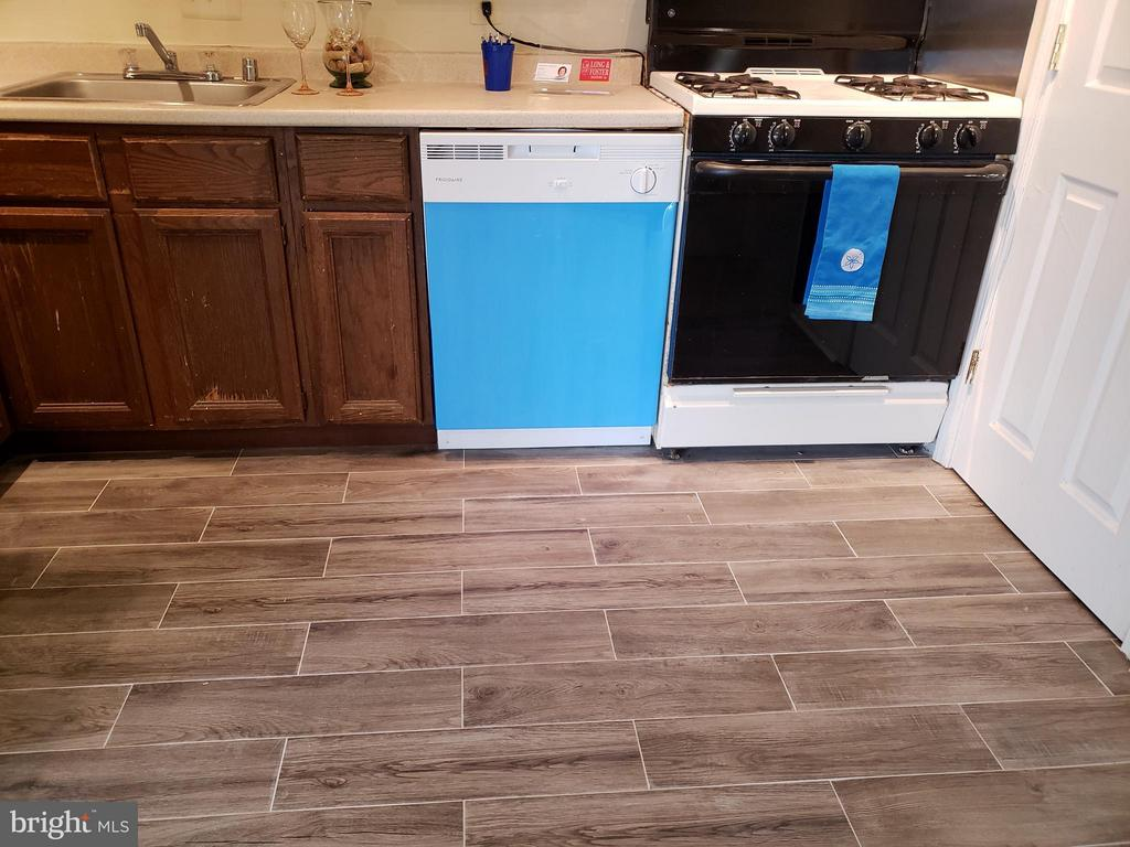 Stylish tile and new dishwasher in kitchen - 7376 LEE #204, FALLS CHURCH