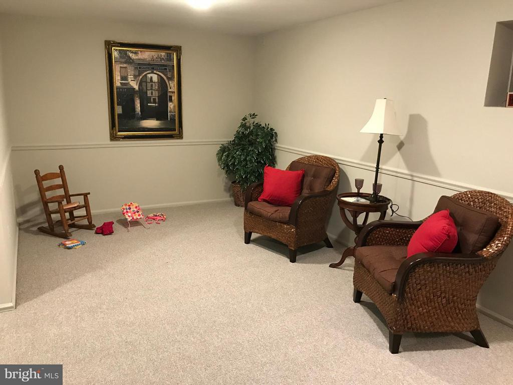 Large family room in basement - 10 HARBERT CT, STERLING