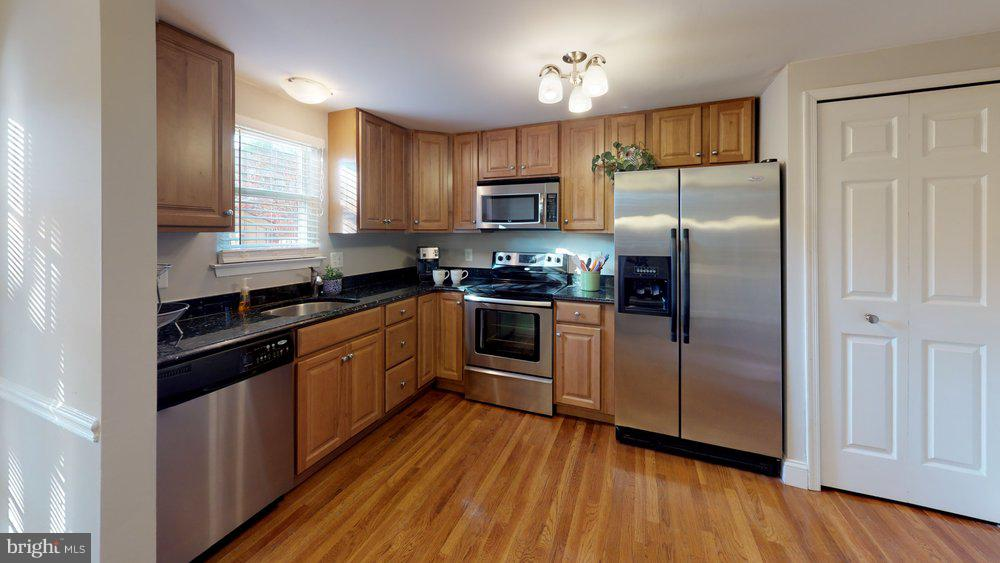 Fabulous updated kitchen boasting SS appliances - 10 HARBERT CT, STERLING