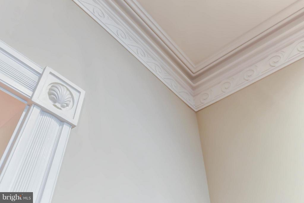 Hand cut crown molding with custom rosettes - 7615 SOUTHDOWN RD, ALEXANDRIA