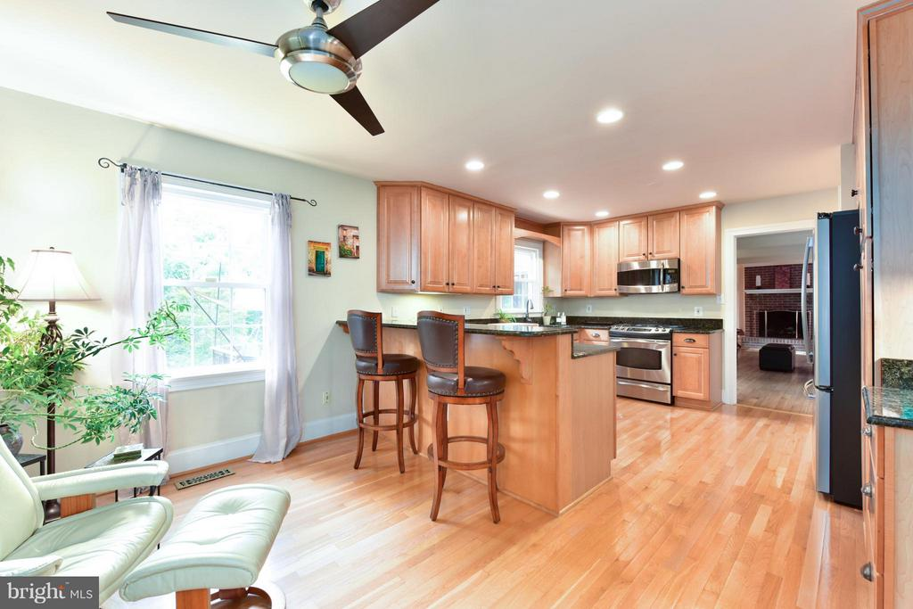 Eat-in Kitchen or comfortable sitting area - 9350 MOUNT VERNON CIR, ALEXANDRIA