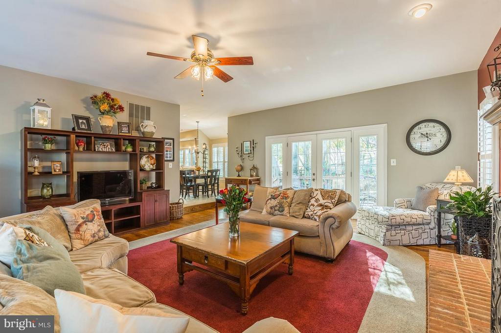 Spacious Family Room with Plantation Shutters - 8709 MIDDLEFORD DR, SPRINGFIELD