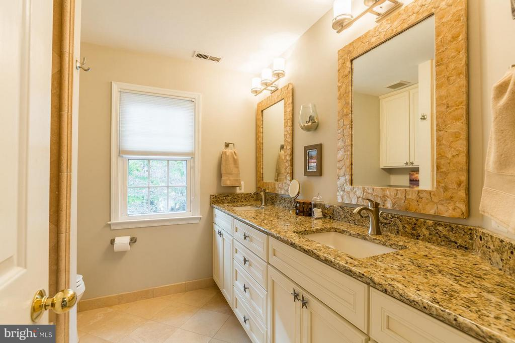 Renovated Hall Bath with Double Vanities! - 8709 MIDDLEFORD DR, SPRINGFIELD