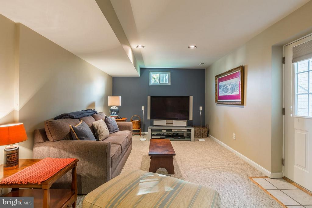 Cozy!  Basement has Exit Door to Walk Up to Yard - 8709 MIDDLEFORD DR, SPRINGFIELD