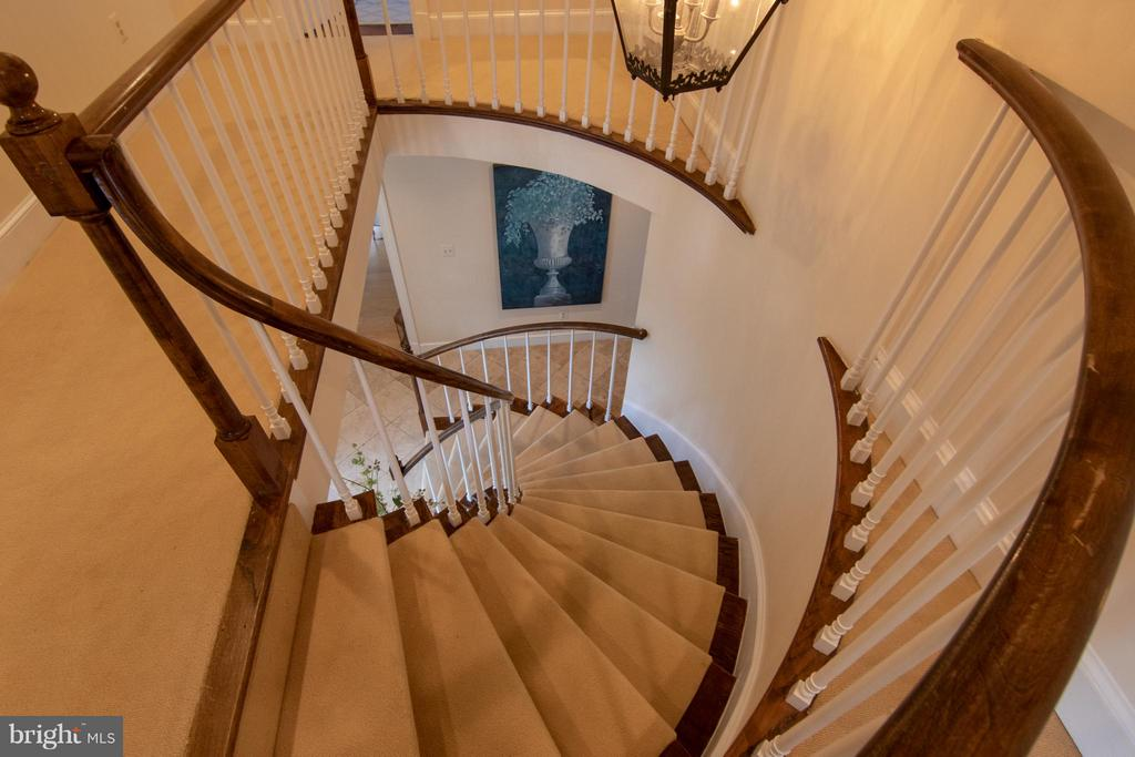 Sweeping Spiral Staircase - 22030 WILLISVILLE RD, UPPERVILLE