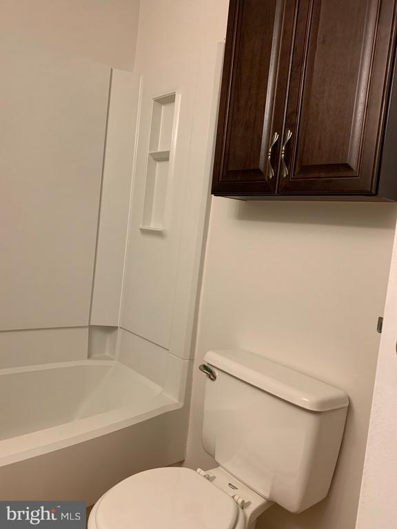 Upper Level Hall Bathroom - 6152 MCLENDON CT, ALEXANDRIA