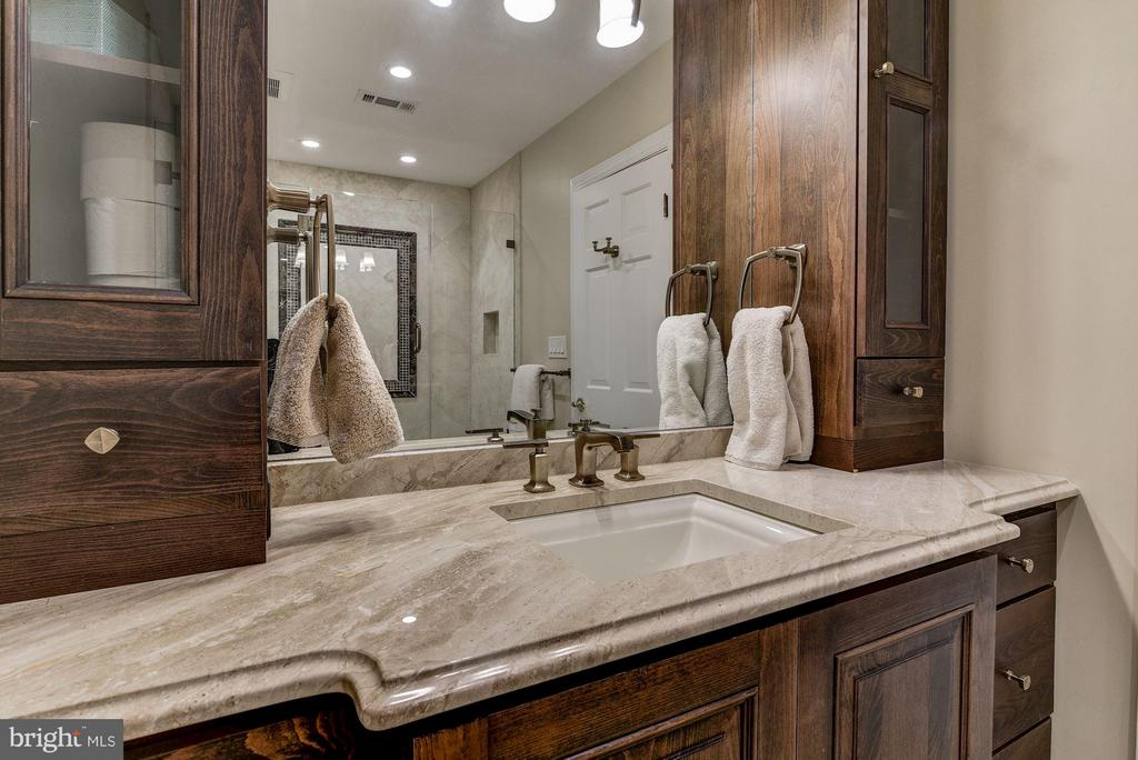 Full Bathroom #3 Upper Level - 10408 BIT AND SPUR LN, POTOMAC