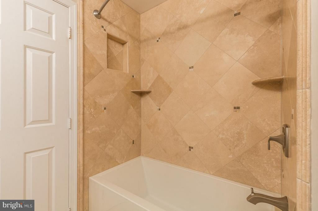 Premium Tiled Bath - 8709 MIDDLEFORD DR, SPRINGFIELD