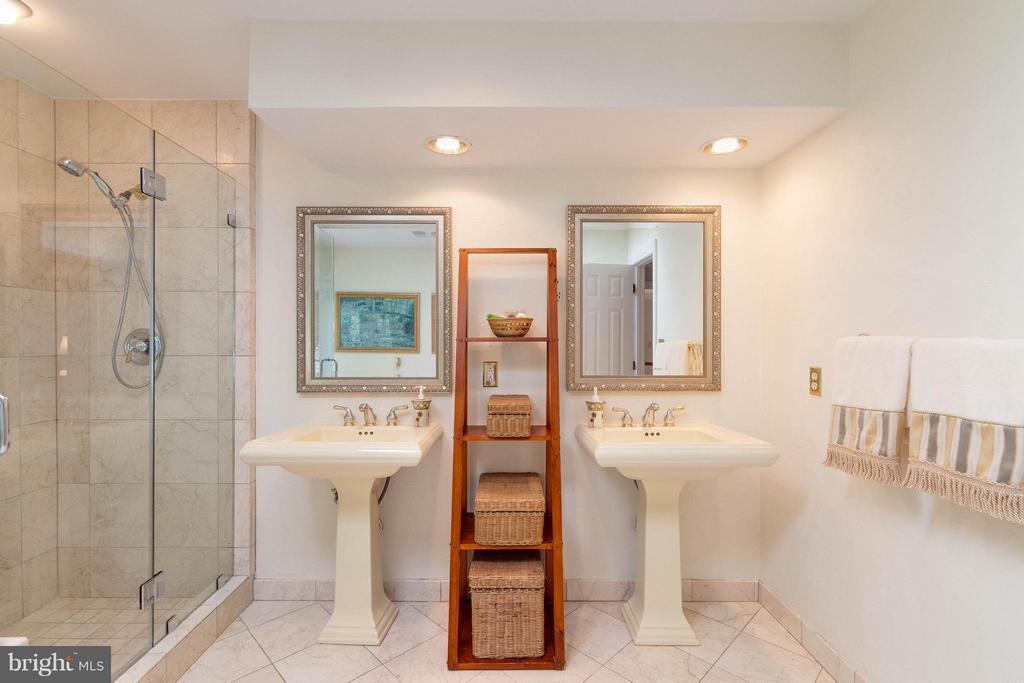Frame less shower - 43322 BUTTERFIELD CT, ASHBURN