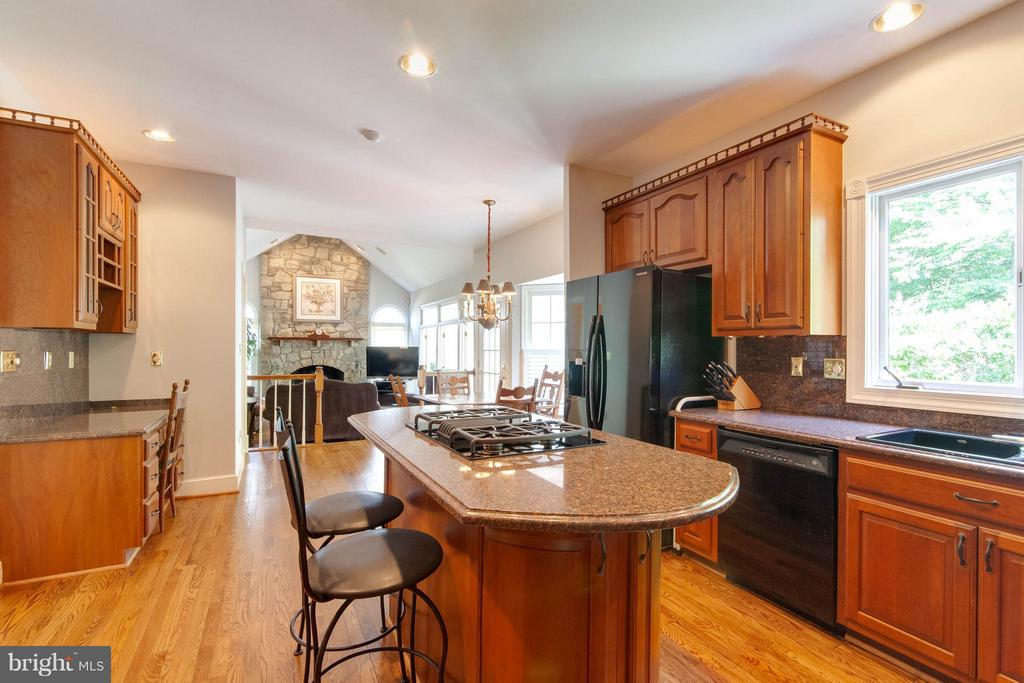 Gourmet Kitchen w/ granite counters. - 43322 BUTTERFIELD CT, ASHBURN