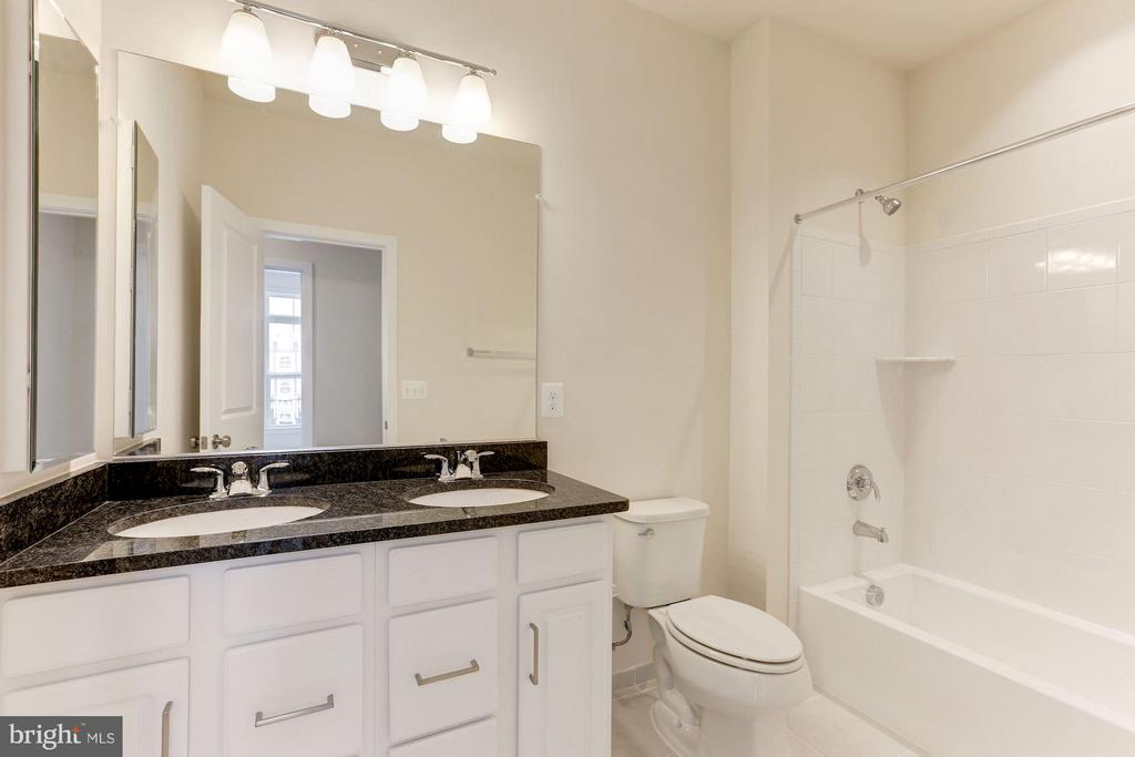 Bath - 23082 SULLIVANS COVE SQ, ASHBURN