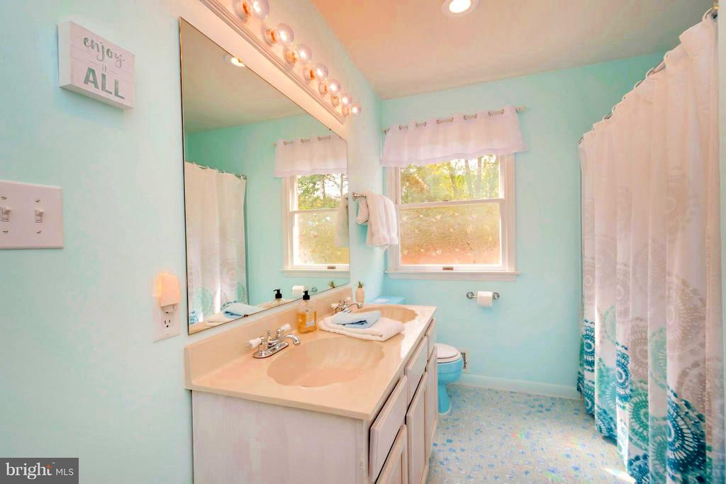 Full bath in In-Law Suite - 1 QUAIL RUN DR, STAFFORD
