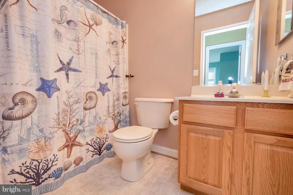 Upstairs Full Bath - 11904 BUTTERCUP LN, FREDERICKSBURG