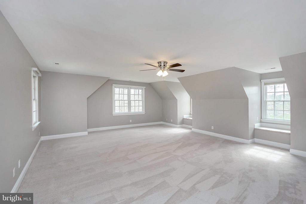 Spacious with lots of windows - 7100 MONUMENT CT, SPOTSYLVANIA