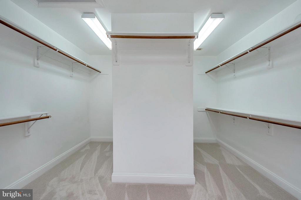 Huge walk in closet in Master Bedroom - 7100 MONUMENT CT, SPOTSYLVANIA