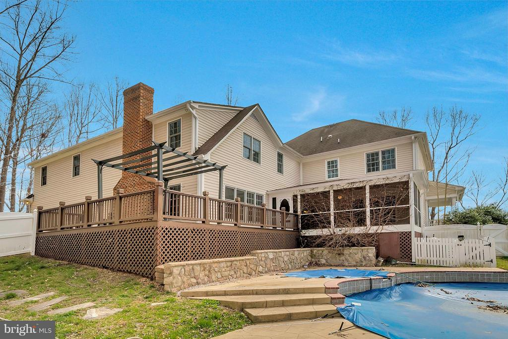 Spacious back deck and custom pool with spa - 7100 MONUMENT CT, SPOTSYLVANIA