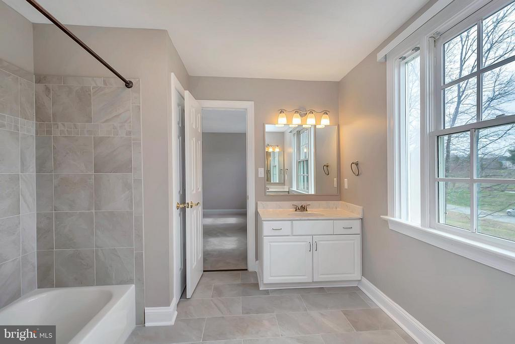 Guest bath with tub and dual vanities - 7100 MONUMENT CT, SPOTSYLVANIA