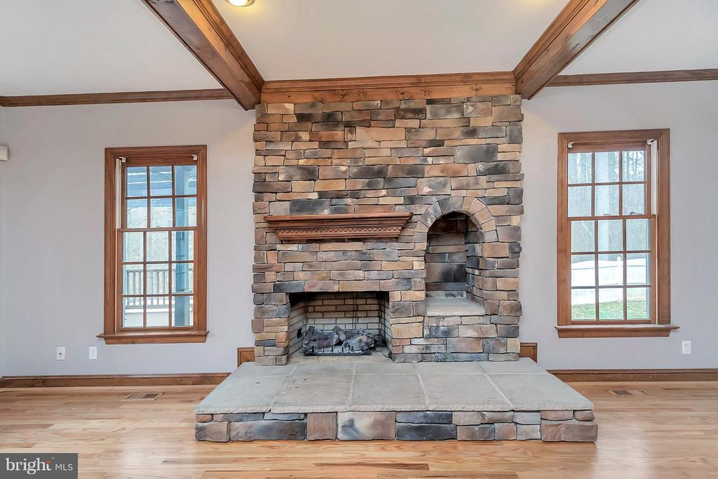 Beautiful stone fireplace - 7100 MONUMENT CT, SPOTSYLVANIA