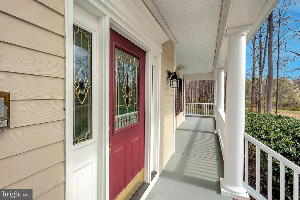 Inviting front door - 7100 MONUMENT CT, SPOTSYLVANIA