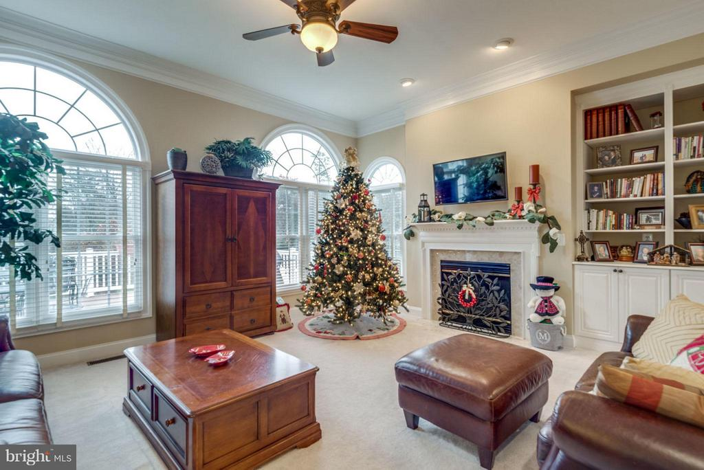 Large Open Family Room with Fireplace - 42966 CORALBELLS PL, LEESBURG