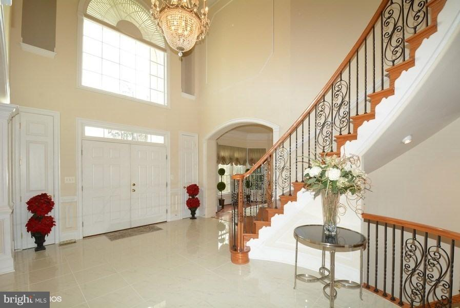 Grand 2-story entry foyer with curved staircase - 4200 PINERIDGE DR, ANNANDALE
