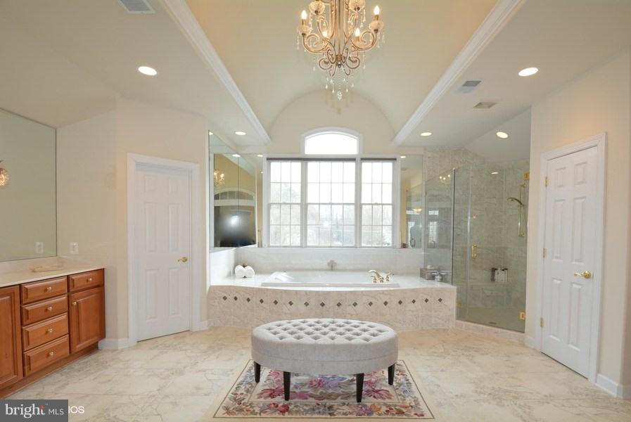 Master Bath w/chandelier, double vanities, Jacuzzi - 4200 PINERIDGE DR, ANNANDALE