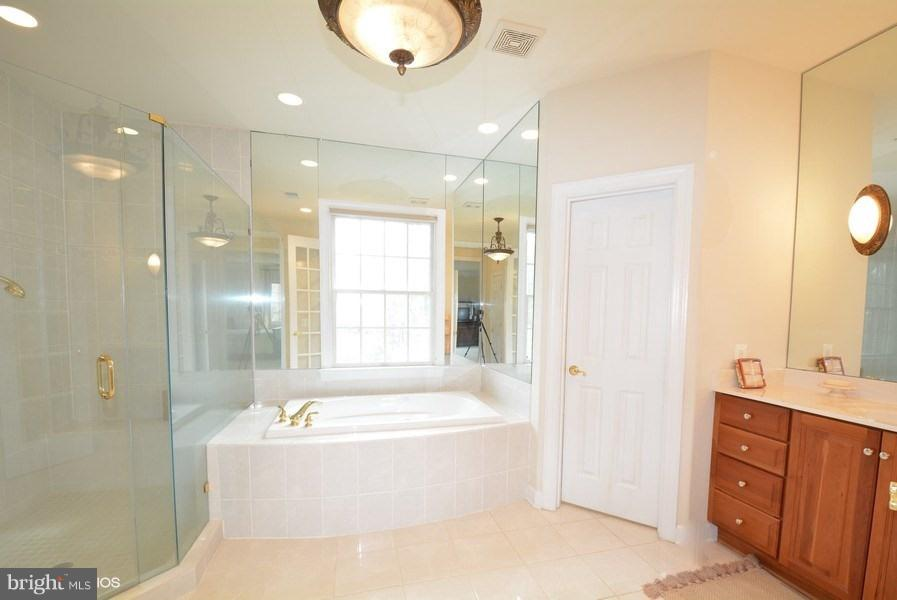 2nd Master BA w/Jacuzzi - 4200 PINERIDGE DR, ANNANDALE