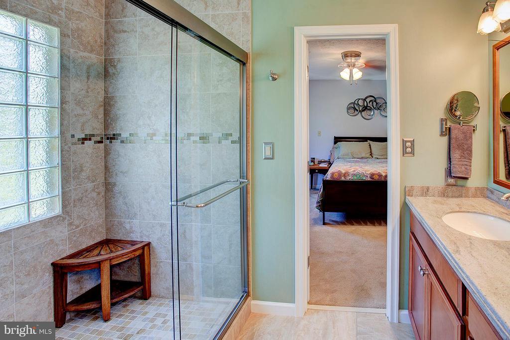Tile walk in shower. - 35086 HARRY BYRD HWY, ROUND HILL