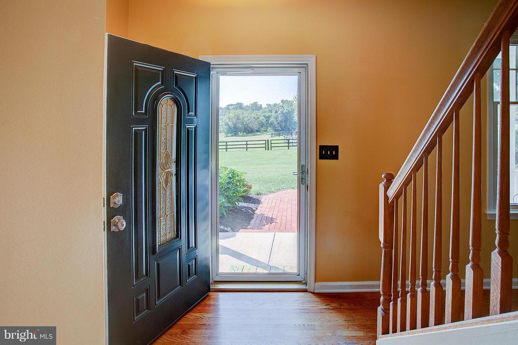 Foyer entry. - 35086 HARRY BYRD HWY, ROUND HILL
