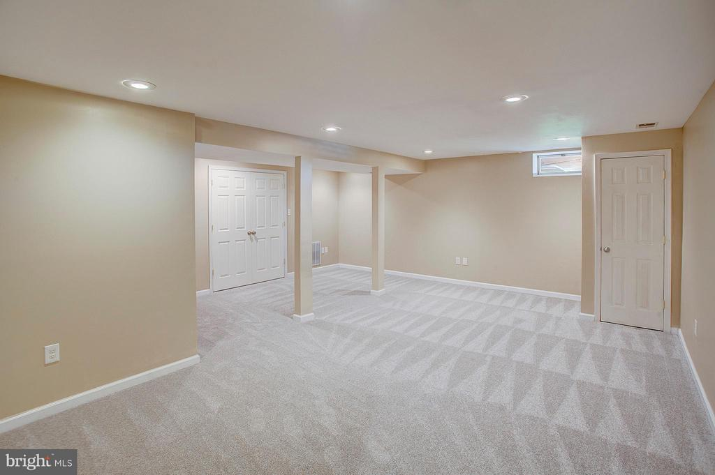 Lower level family room. - 35086 HARRY BYRD HWY, ROUND HILL