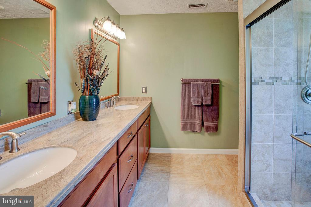 Dual sinks with upgraded tile. - 35086 HARRY BYRD HWY, ROUND HILL