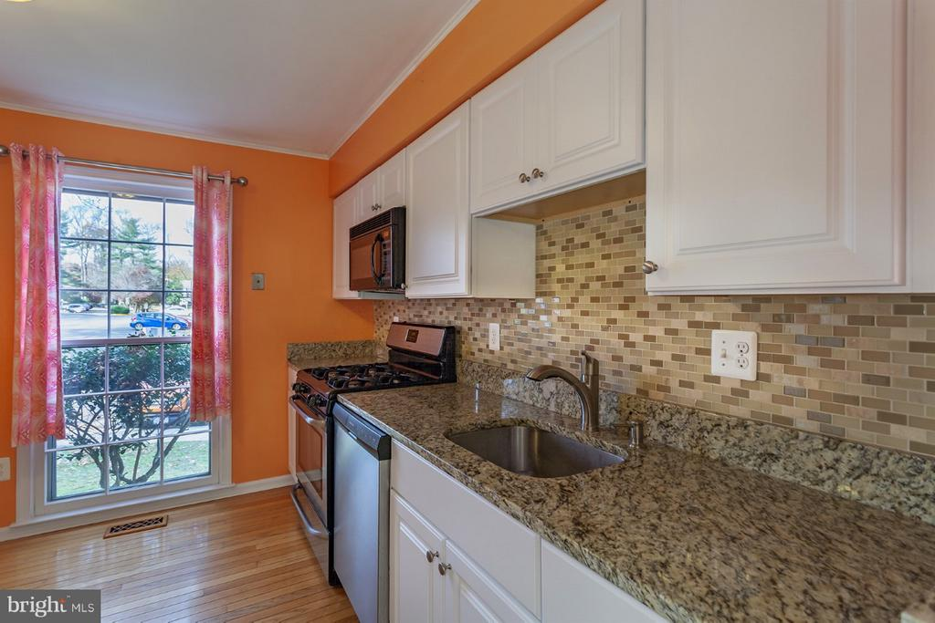 Kitchen with granite counter top - 9440 CLOVERDALE CT, BURKE