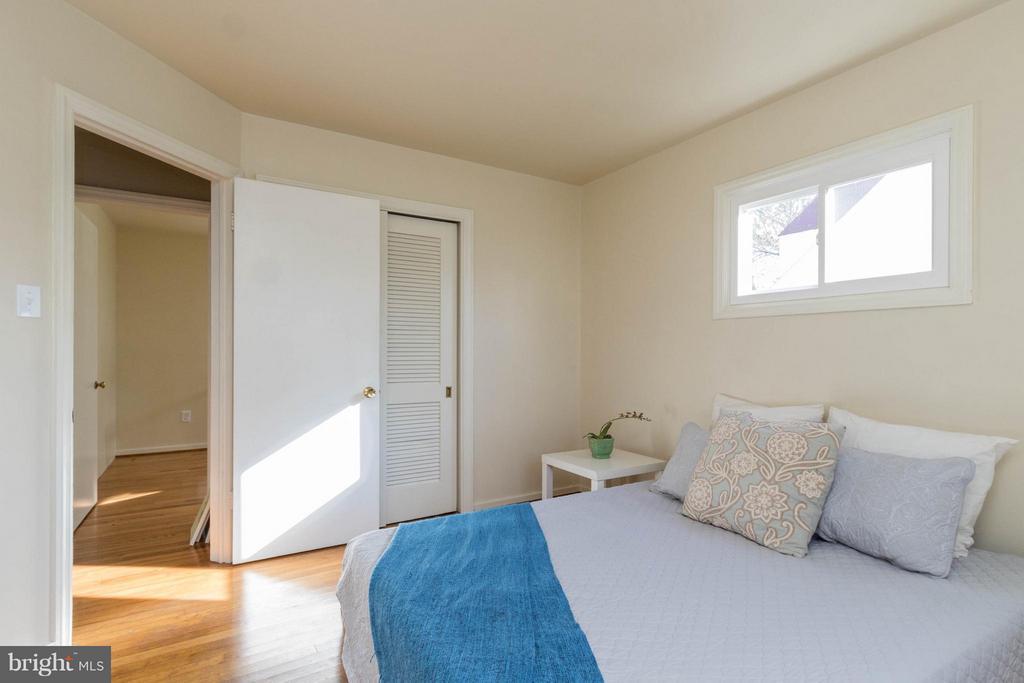 Larger main level bedroom - 6800 DUKE DR, ALEXANDRIA
