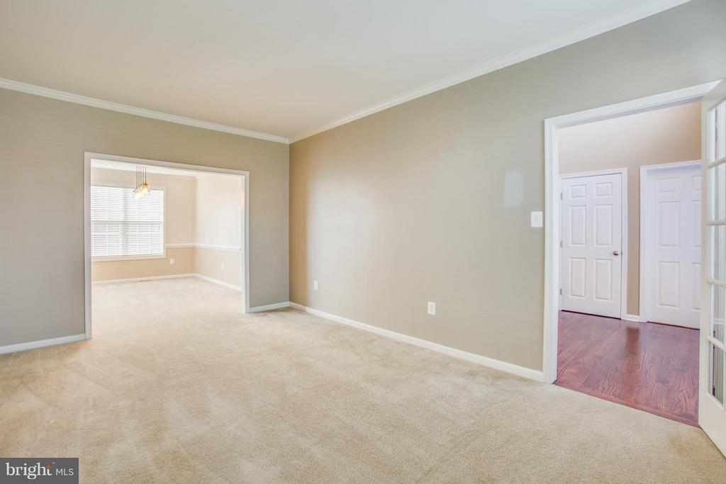 Butler door provides privacy in living room - 81 FOUNTAIN DR, STAFFORD