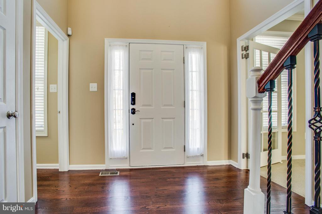 Gleaming hardwoods welcome you on main level - 81 FOUNTAIN DR, STAFFORD