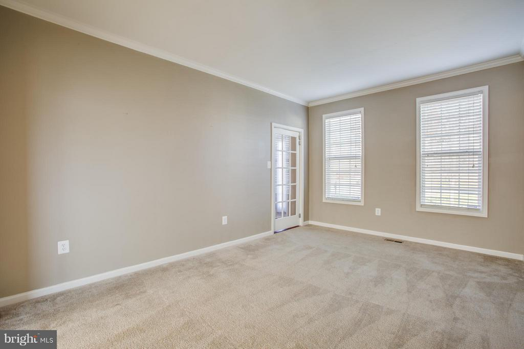 Crown molding and well-lit windows in living room - 81 FOUNTAIN DR, STAFFORD
