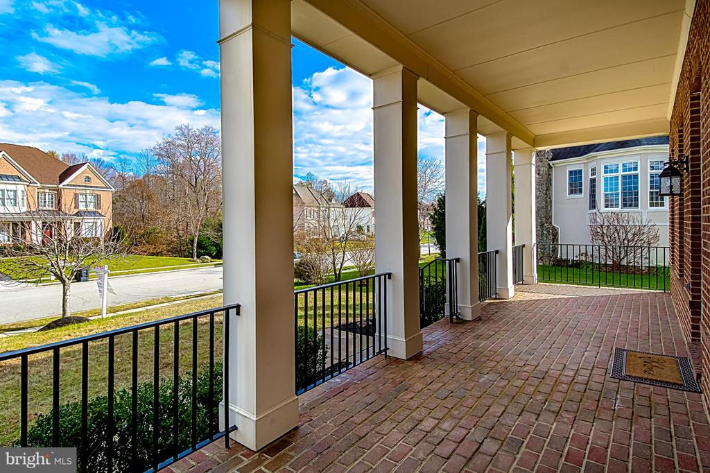 GREAT COVERED BRICK FRONT PORCH - 12282 TIDESWELL MILL CT, WOODBRIDGE