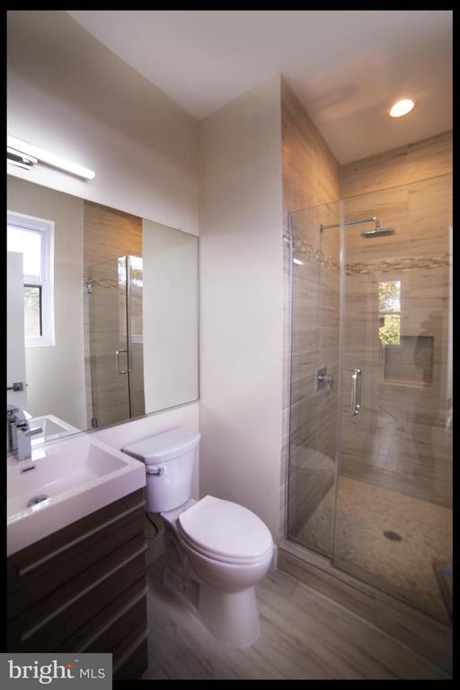 Bath - 3733 12TH ST NE #302, WASHINGTON