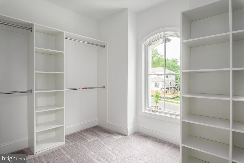 Additional photo for property listing at 902 Ninovan Rd SE 902 Ninovan Rd SE Vienna, Virginia 22180 United States