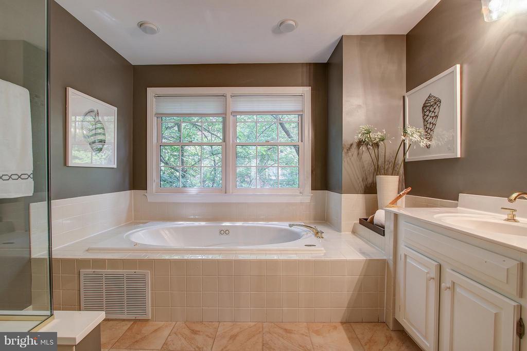 Bath (Master) - 1504 COLONIAL CT N, ARLINGTON