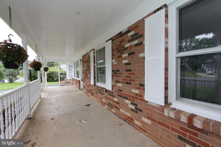 Spacious front porch - 702 DICKENSON CT, STERLING