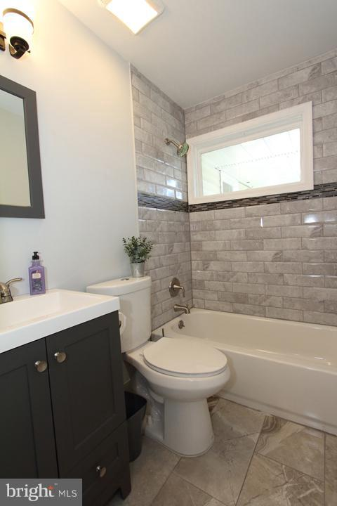 Renovated full bath - 702 DICKENSON CT, STERLING