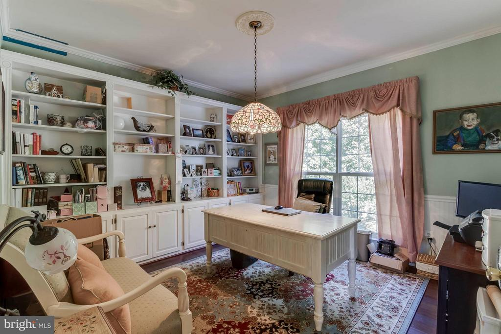 Main level office w/built ins and view of woods - 6412 TINKLING SPRINGS CT, MANASSAS