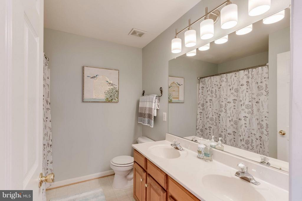 Upstairs hall  bath with two sinks! - 6412 TINKLING SPRINGS CT, MANASSAS