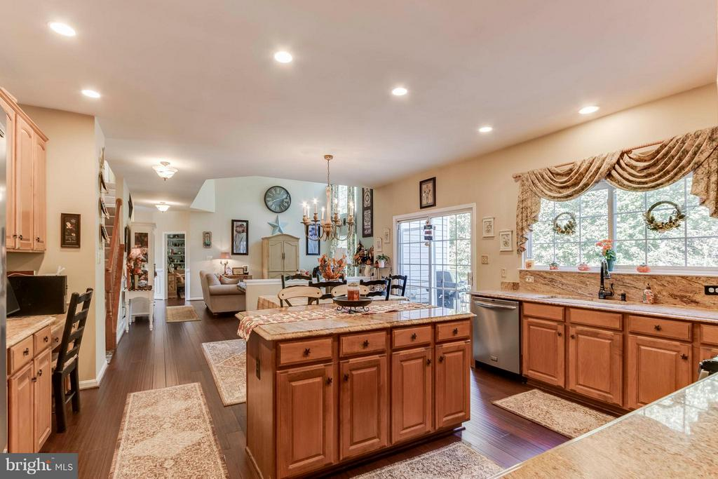Very open floor plan...great for entertaining - 6412 TINKLING SPRINGS CT, MANASSAS