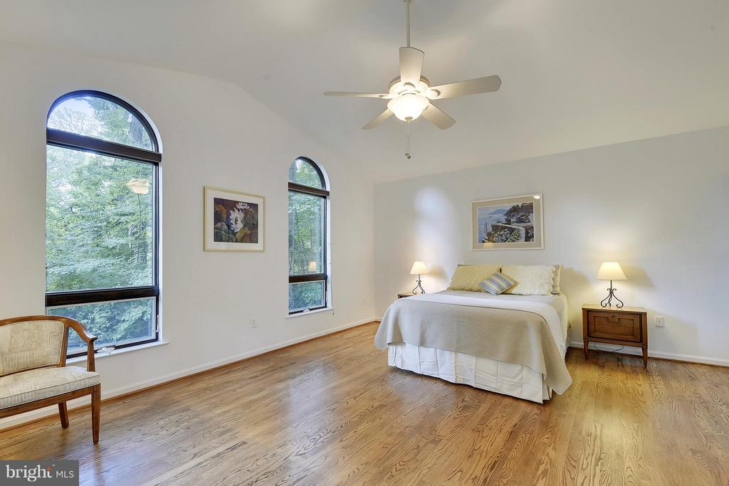 Master bedroom with vaulted ceiling - 5158 PIEDMONT PL, ANNANDALE